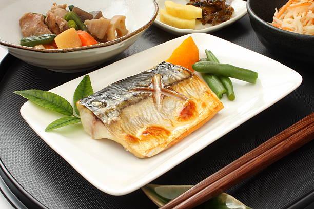 salt-grilled mackerel, japanese food - peixe na grelha imagens e fotografias de stock