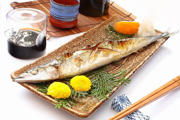 salt-grilled pacific saury and rice wine sake, japanese food - peixe na grelha imagens e fotografias de stock