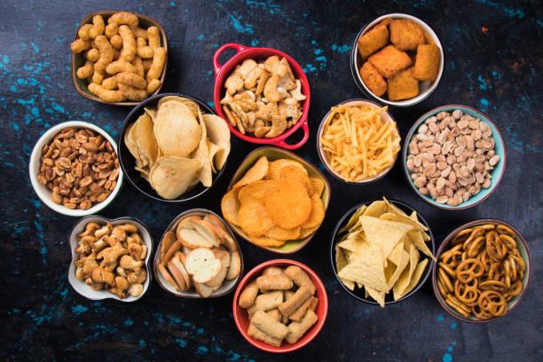 zoute hapjes geserveerd in kommen - snack stockfoto's en -beelden