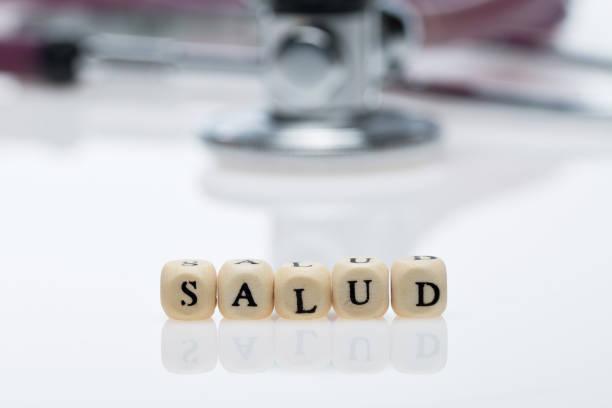salud i̇spanyolca olarak yazılmış; stethoskop - salud stok fotoğraflar ve resimler
