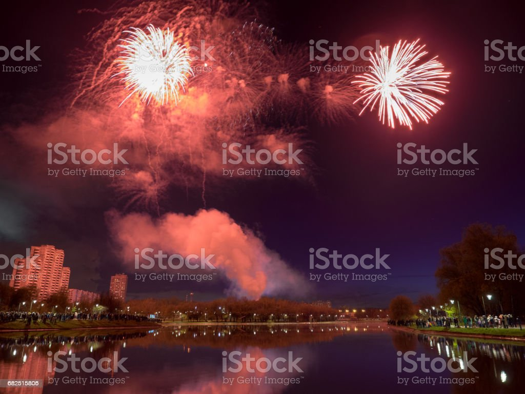 Salute boven het water in de stad royalty free stockfoto