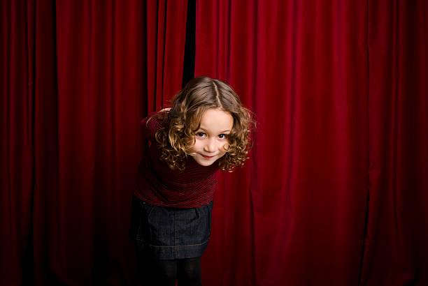 salutieren zu audiencie - mädchen vorhänge stock-fotos und bilder