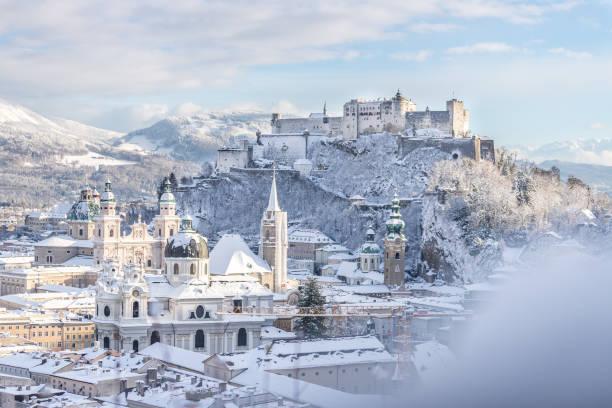 salzburger altstadt und festung im winter, schneereier sonniger tag, österreich - salzburg stock-fotos und bilder