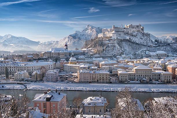 salzburg mit hohensalzburg die im schnee, österreichischen alpen - salzburg stock-fotos und bilder