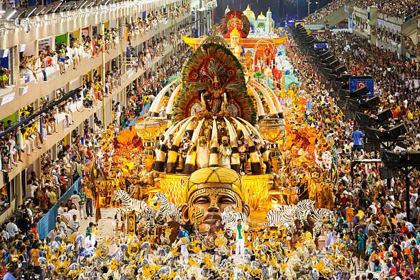 samba school präsentation in sambodrome karneval in rio de janeiro - rio de janeiro stock-fotos und bilder