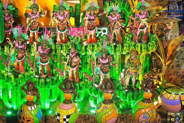une présentation dans une école de samba sambodrome, carnaval de rio de janeiro - carnaval de rio photos et images de collection
