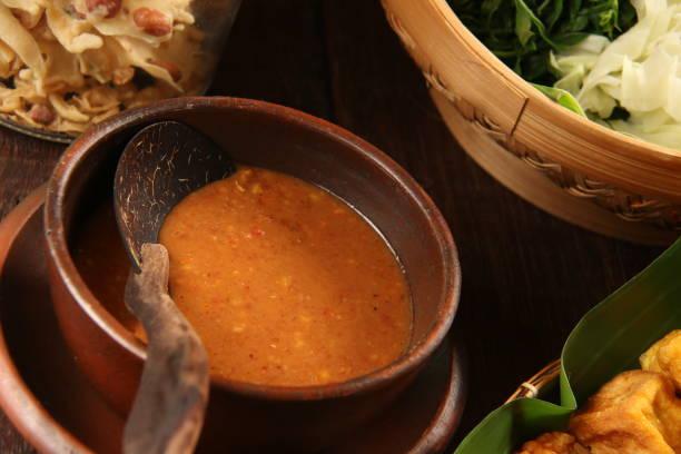 sambal pecel, die erdnuss dressing für die javanischen gemüsesalat - erdnusssalatdressings stock-fotos und bilder