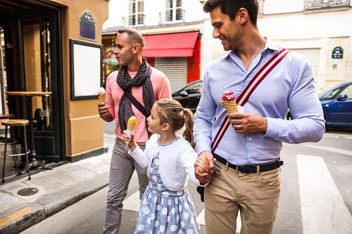 Photo libre de droit de Same Sex Family Spending A Day Outdoor In Paris Downtown banque d'images et plus d'images libres de droit de 10-11 ans