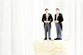 同一性結婚のウェディングケーキの人形トッパー水平