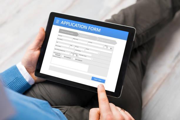 monster aanvraagformulier op tablet pc - aanbrengen stockfoto's en -beelden