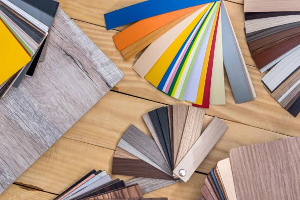 proben von unterschiedlicher farbe und struktur auf dem tisch - pvc stock-fotos und bilder