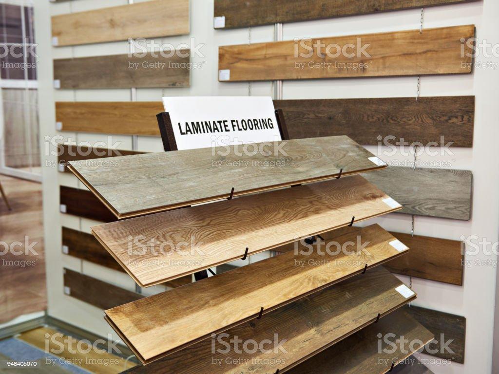 Amostras de painéis laminados de madeira na loja - foto de acervo