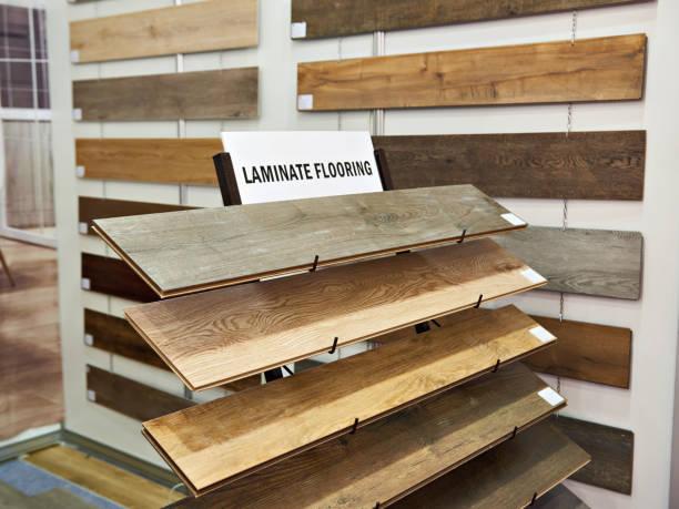 proben von laminat holzplatten im store - laminat günstig stock-fotos und bilder