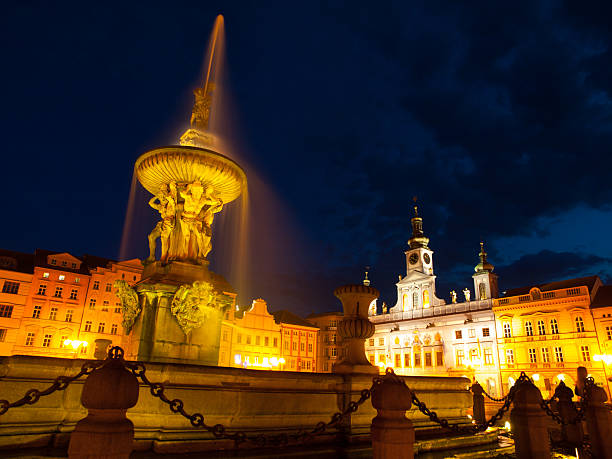 samson's fountain in ceske budejovice by night - simson teile stock-fotos und bilder