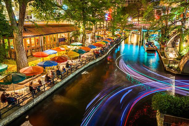 Riverwalk in San Antonio, Texas, malerischen Fluss-Kanal tourism Sonnenschirme Nacht – Foto