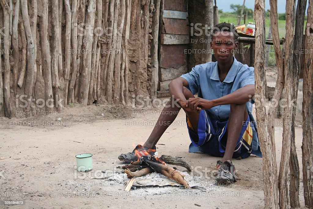 San, Bushmen Man at a fireplace close Tsumkwe, Namibia, Africa foto