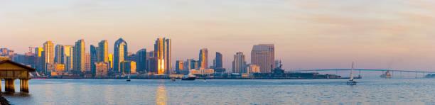 San Diego Bay und Skyline in der Dämmerung – Foto