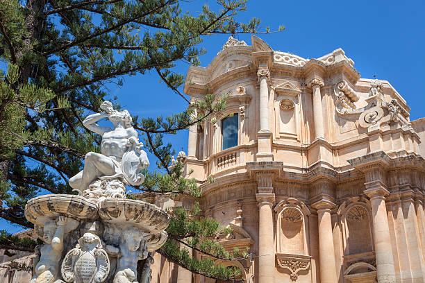 san domenico church and the hercules fountain, noto sicily italy - noto sicilië stockfoto's en -beelden