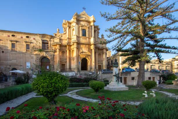 san domenico kerk, noto, italië - noto sicilië stockfoto's en -beelden