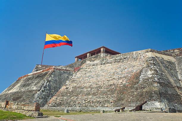 fuerte de san felipe, cartagena - bandera colombiana fotografías e imágenes de stock