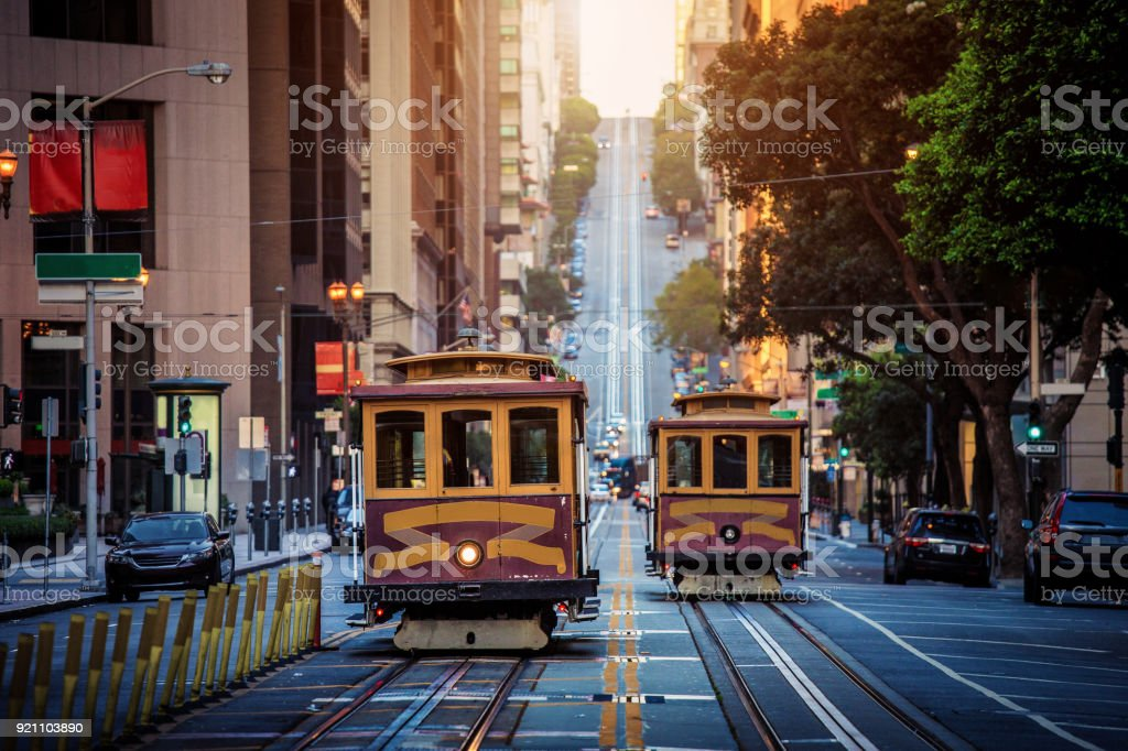 San Francisco Cable Cars in der California Street bei Sonnenaufgang, Kalifornien, USA – Foto