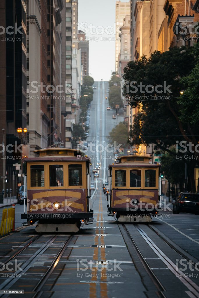 San Francisco Cable Cars in der California Street bei Sonnenuntergang, Kalifornien, USA – Foto