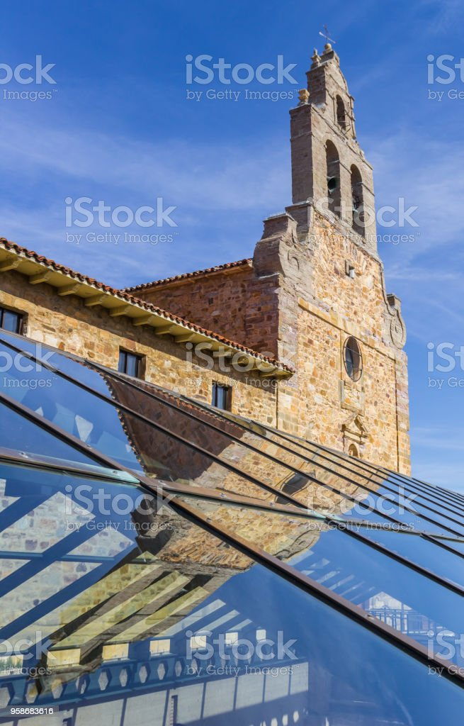 Iglesia de San Francisco con reflejo en el techo de cristal de la casa romana de Astorga, España - foto de stock