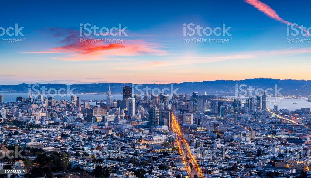 San Francisco Downtown Antenne während des Sonnenuntergangs – Foto