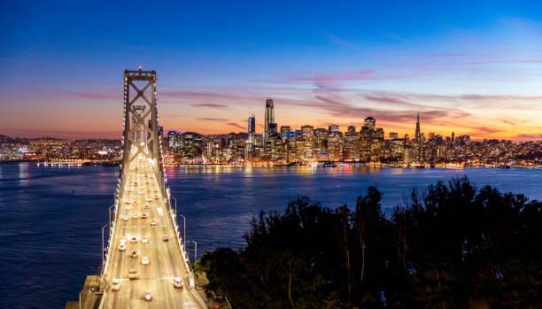 Horizonte de San Francisco y el puente de la bahía - foto de stock