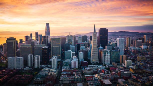 san francisco skyline bij zonsopgang - san francisco californië stockfoto's en -beelden