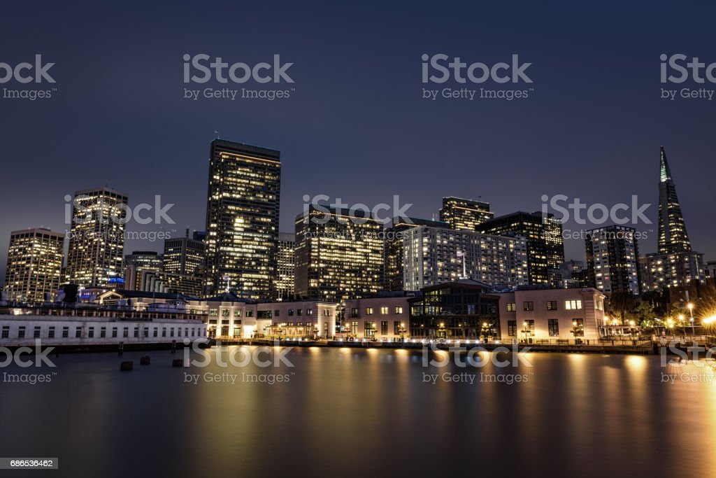 San Francisco skyline from Pier 7 after sunset royaltyfri bildbanksbilder