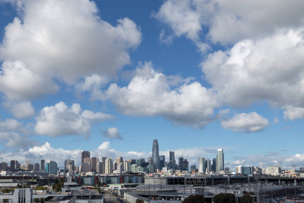 skyline von san francisco mit wolken während des tages - süd kalifornien stock-fotos und bilder