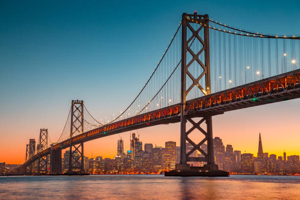 San Francisco Skyline mit Oakland Bay Bridge bei Sonnenuntergang, Kalifornien, USA – Foto