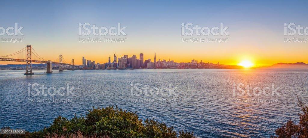 Skyline von San Francisco mit Oakland Bay Bridge bei Sonnenuntergang, Kalifornien, USA – Foto