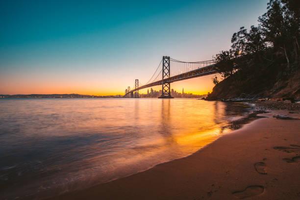 Skyline von San Francisco mit Oakland Bay Bridge bei Dämmerung, Kalifornien, USA – Foto