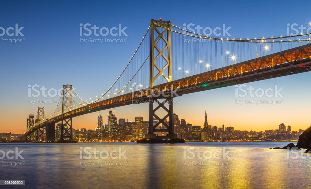 Skyline von San Francisco mit Oakland Bay Bridge im Zwielicht, Kalifornien, USA – Foto