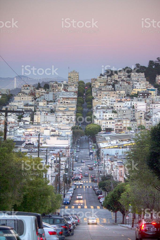 Las calles de San Francisco al atardecer. Coity Tower de distancia - foto de stock