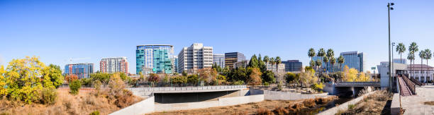 die skyline der innenstadt san jose - süd kalifornien stock-fotos und bilder