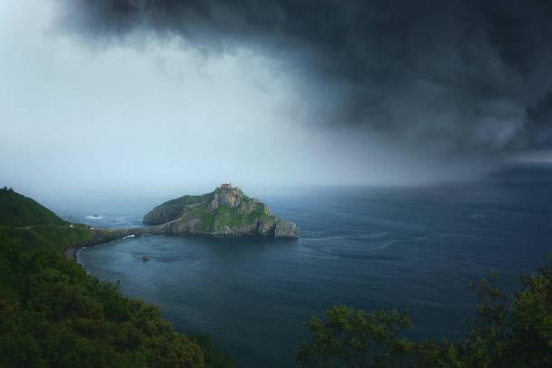 San juan de gaztelugatxe con nubes tormentosas - foto de stock