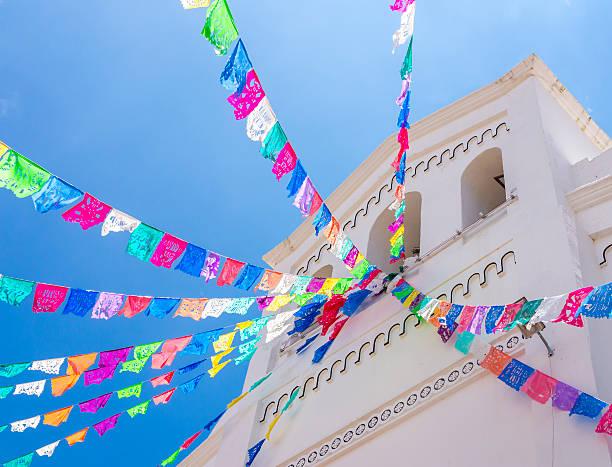 san lorenzo church, zinacantan, chiapas, mexico - bandera mexico fotografías e imágenes de stock