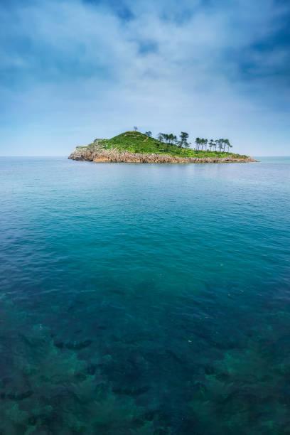 Isla de San Nikolas en Lekeitio - foto de stock