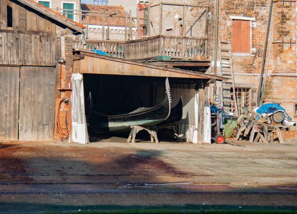 san travaso gondola workshop in venice - batalina italy стоковые фото и изображения