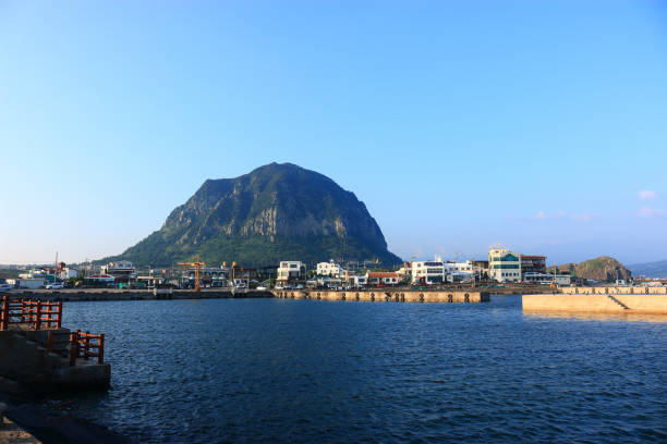Sanbangsan Mountain, Cloud, sea, 제주에 있는 산방 산의 아름다운 풍경이다. seogwipo stock pictures, royalty-free photos & images