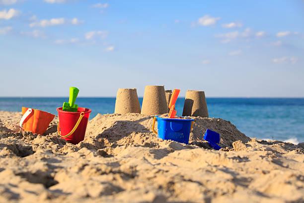 château de sable sur la plage - chateau de sable photos et images de collection