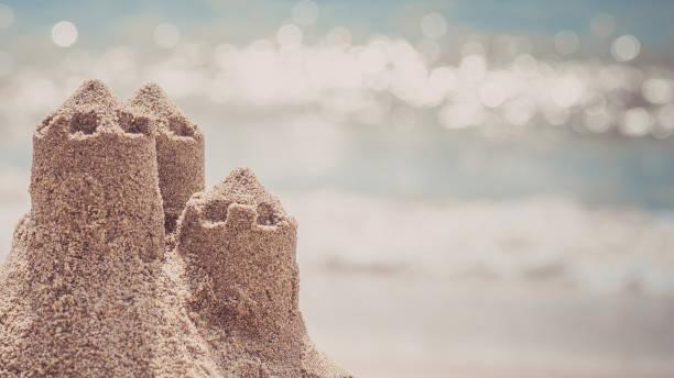 commandes de château de sable sur la plage. concept de voyage de vacances. - chateau de sable photos et images de collection