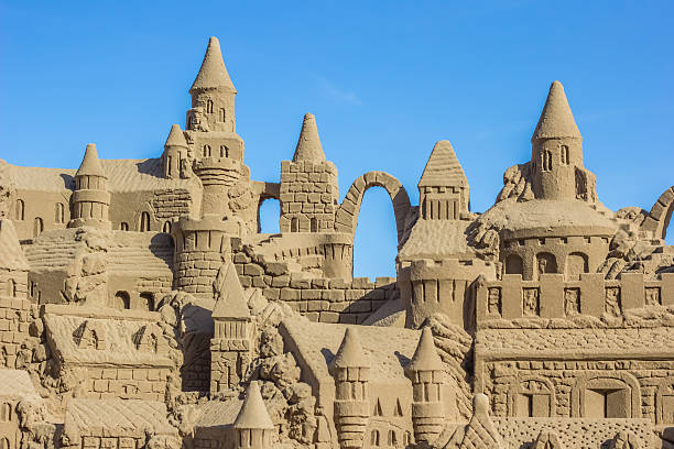 château de sable avec plusieurs tours - chateau de sable photos et images de collection