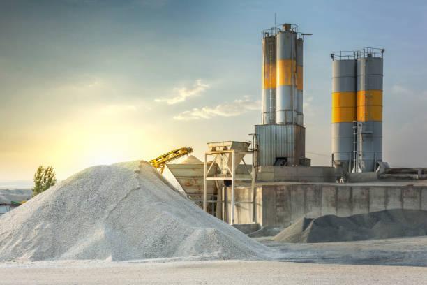 piasek przeznaczony do produkcji cementu w kamieniołomie - minerał zdjęcia i obrazy z banku zdjęć