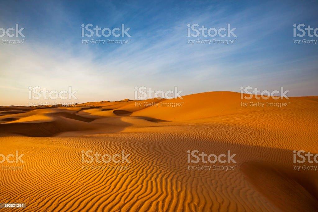 sand dune wave pattern desert landscape, oman – zdjęcie