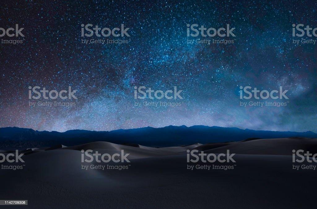 Sanddünen und Berge - Lizenzfrei Astronomie Stock-Foto
