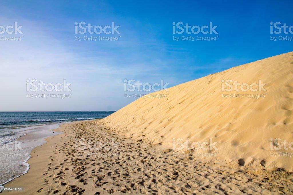 Sand dunes next to the ocean on Boa Vista, Cape Verde - foto stock